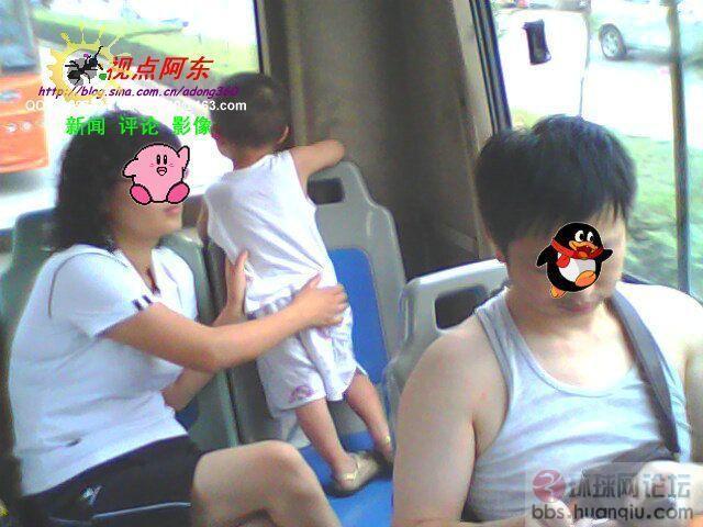 """3岁幼儿也占座 这一家四口坐公交也太""""霸""""了吧!"""
