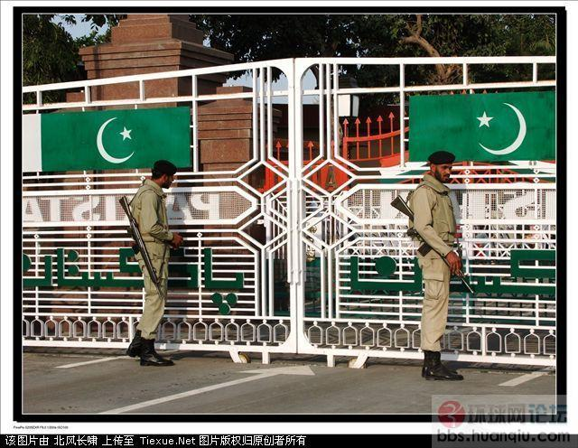实拍:巴印拉合尔-阿姆利则边境降旗仪式 在我国,天安门广场的升降旗仪式是我们爱国主义教育的一种形式,也是每天都能吸引大量游客的亮丽风景线。在印度和巴基斯坦边境,也有这样一道风景线。那里的降旗仪式场面很风趣,很能体现印巴两国之间微妙的关系,确实令人回味无穷。 拍摄时间:2010年3月 地点:巴基斯坦拉合尔 天气:晴 机型:FinePix S205EXR 这道铁门就是印巴边境线了,出了门就进了印度国境。