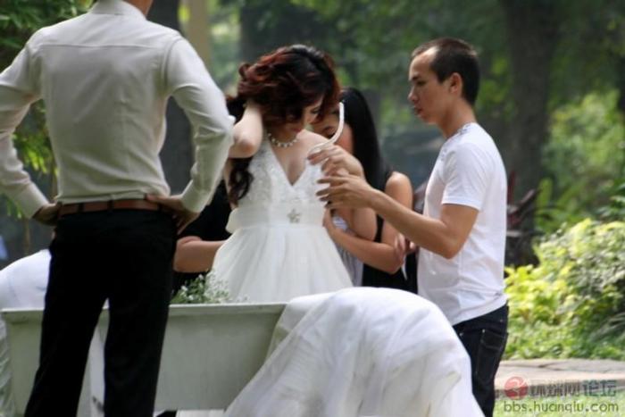新娘公园拍婚纱照换衣_新娘公园拍婚纱照换衣出现意外,新郎哭了
