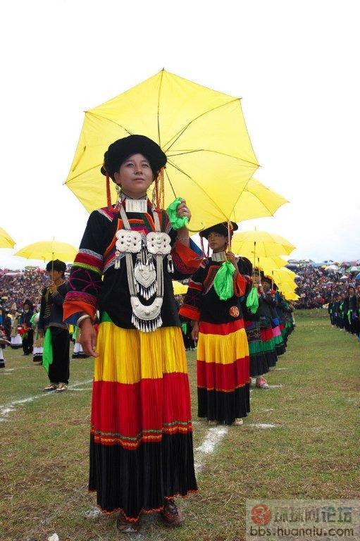 彝族美少女在火把节上的亮相(组图)