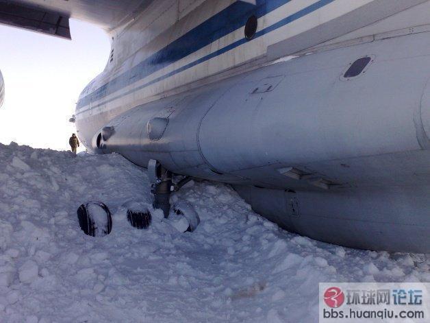 黄胜友:俄罗斯伊尔76飞机迫降冲出跑道实拍