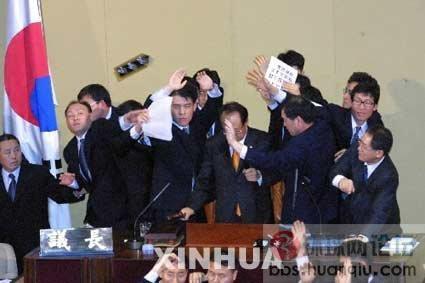 日本女议员打架被扯掉胸罩