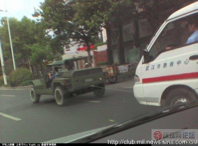街头巧遇:解放军的伞兵突击车马力强劲