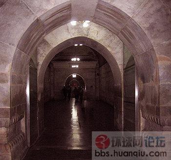 地宫是由五个石拱券结构的殿堂组成的