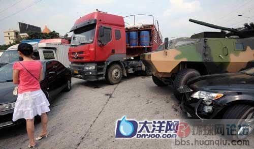 都说了远离军车:价值百万的轿车这又撞上去了!