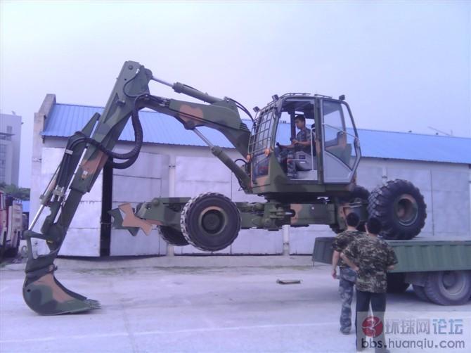 """新到货的解放军""""变形金刚""""四轮挖掘机!"""