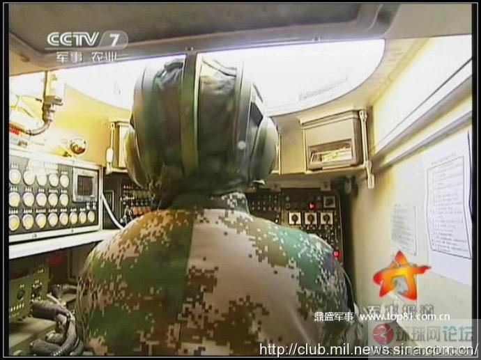 解放军的新型两栖战车驾驶系统曝光!