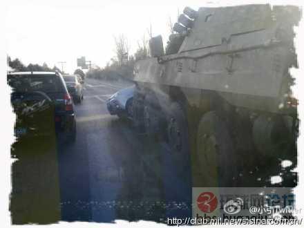 解放军8X8轮式战车上街又闯车祸了