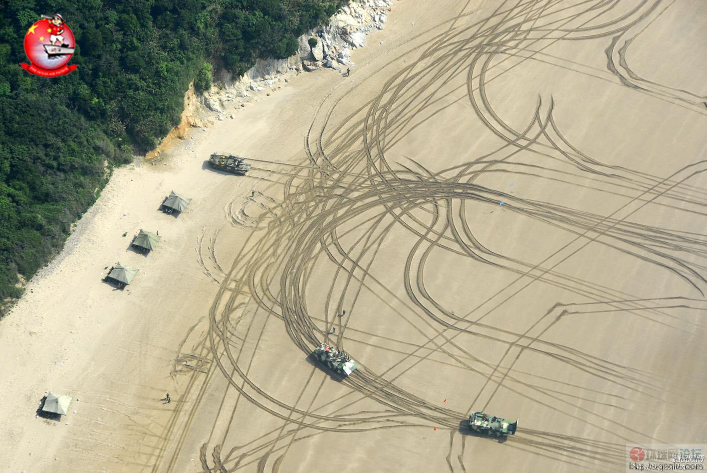 成堆的解放军两栖战车在滩头训练场