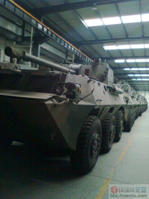 军工厂内大批新轮式战车等待交付