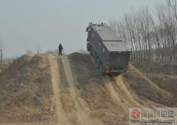 据说是解放军的新型兵输车在测试