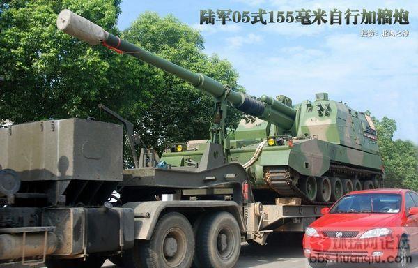 路遇解放军新型155自行加榴炮车队