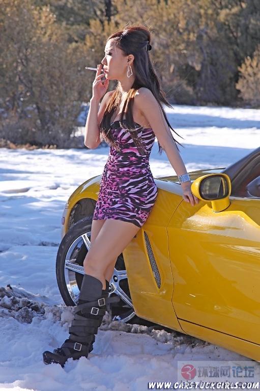 美女开车陷入雪地难以自拔  天下美女