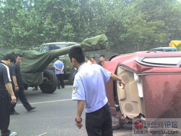 解放军大炮车又惹祸了,直接干翻小轿车!