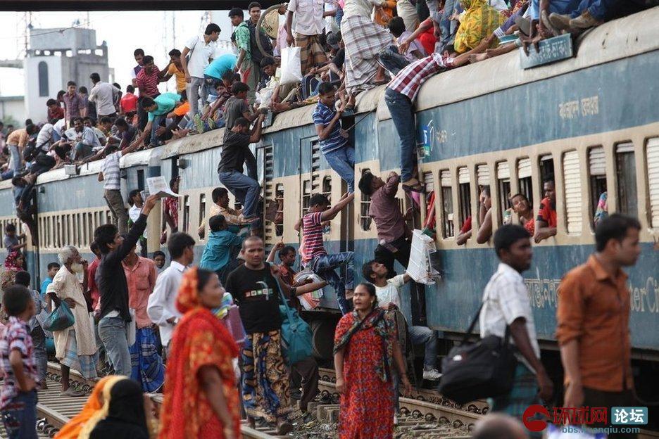 火车被挤爆了!孟加拉国民众攀爬拥挤火车回乡庆祝开斋节