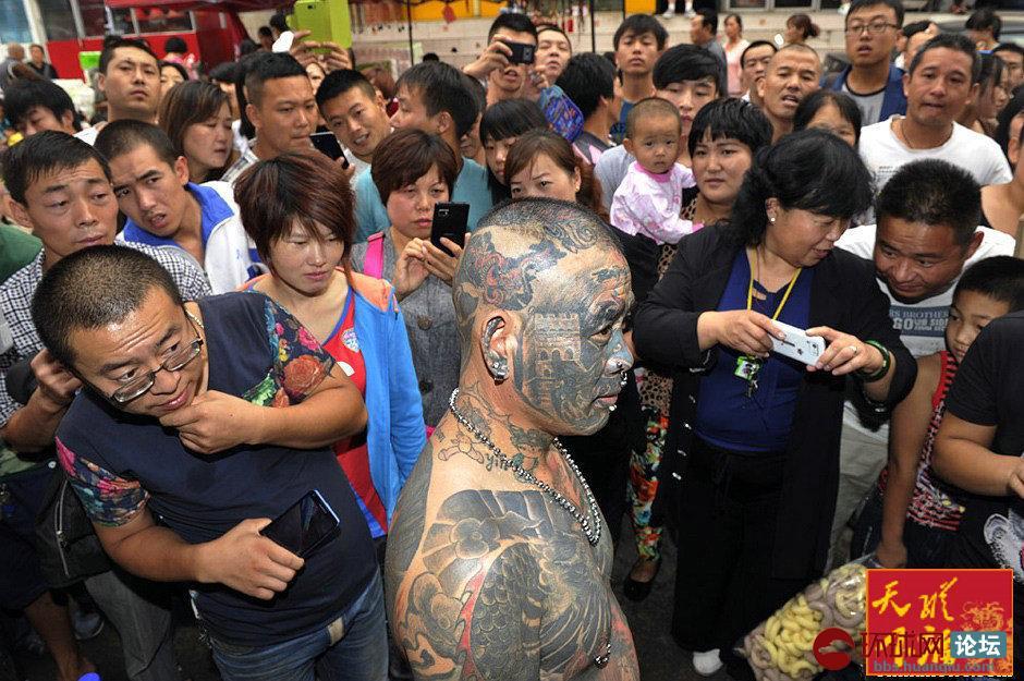 """号称""""中国纹身第一人""""现身山西引围观图片"""