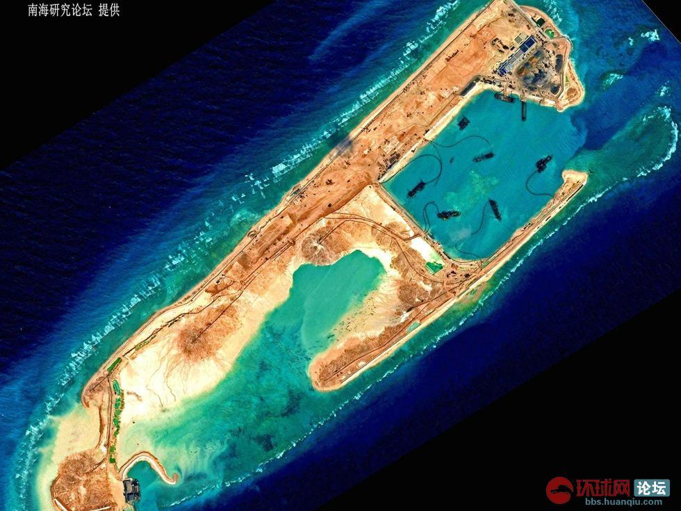 近日有媒体报道称,中国在南沙群岛永暑岛上的造陆活动现重大进展,该岛疑似正式修建机场跑道。除此之外,中国还在渚碧礁、美济礁进行填礁造陆活动。美菲等国面对中国如此动作,非常担忧,频频发出威胁阻止中国继续施工。令人好奇的是,中国在南沙群岛乃至南海的造陆活动究竟要持续多久,终极规模究竟有多大? 而消息灵通人士则透露,中国在整个南海的造陆活动将持续10年,造出的陆地面积将两倍于美军在印度洋上的迪戈加西亚基地,且造陆所需的土石方量与三峡大坝耗费的土石方量持平。而这一切只能用丧心病狂四个字来形容中国在该地区实施的南