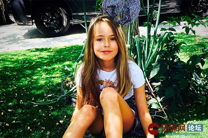 俄罗斯媒体近日发布世界最美小女孩克里斯蒂娜?皮蒙诺娃的最新生活照。年仅9岁的她,3岁就已步入模特圈,目前已是欧洲乃至全世界最知名的儿童模特之一。曾接拍数十部广告片,出席过各种时装秀。因其面容精致、气质超凡,被誉为俄罗斯天使和世界最美小女孩。