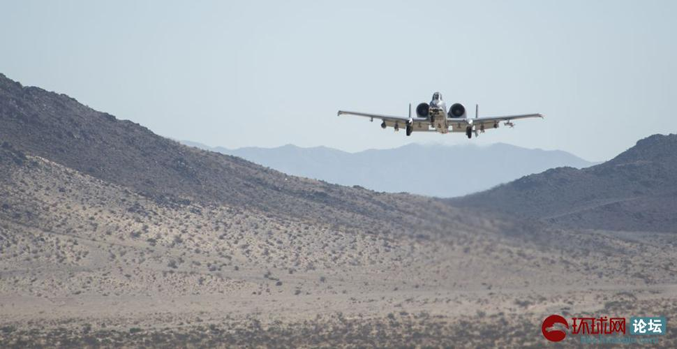 美军A-10在沙土地上降落起飞