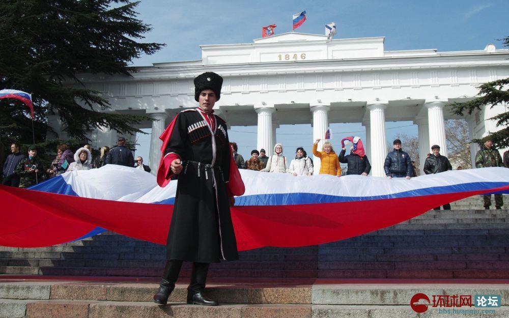 2. 塞瓦斯托波尔市民手举俄罗斯国旗走向中央广场.jpg