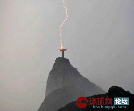 闪电击中巴西里约热内卢基督像.jpg
