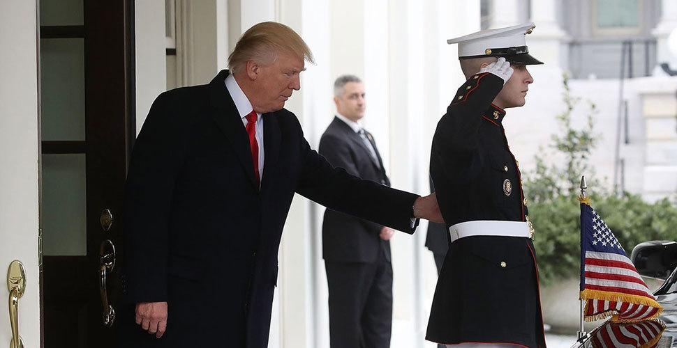"""特朗普迎外宾""""犯强迫症"""" 移动士兵站位"""