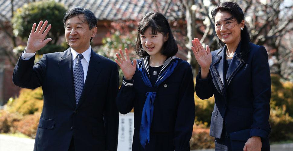 日本爱子公主参加毕业典礼 露出久违少女笑