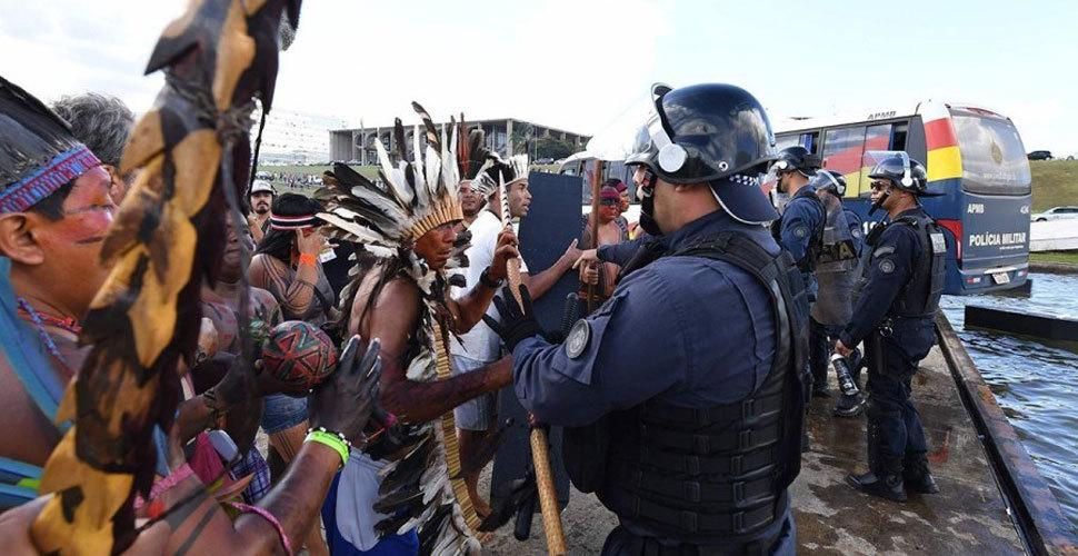 印第安土著游行 佩弓箭与持枪警察对峙