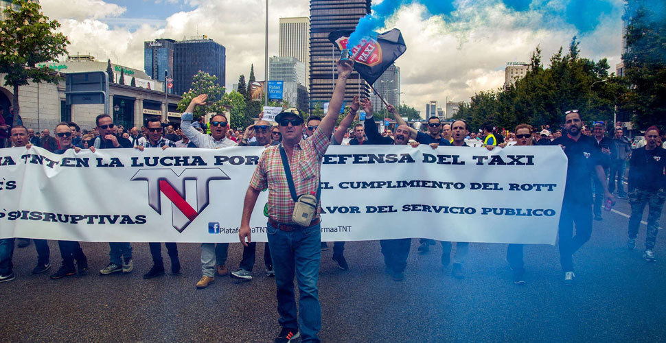 西班牙出租车司机上街游行 抗议网约车服务