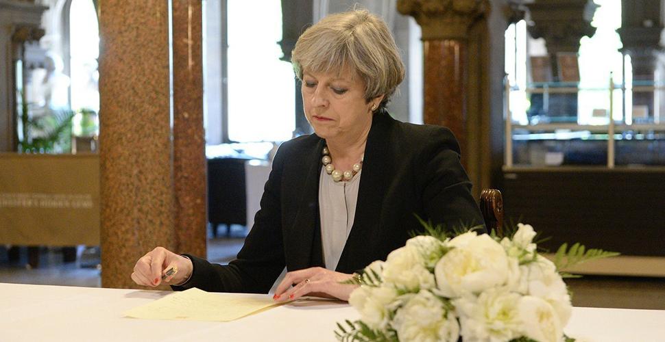 特蕾莎·梅现身曼彻斯特 吊唁遇难者