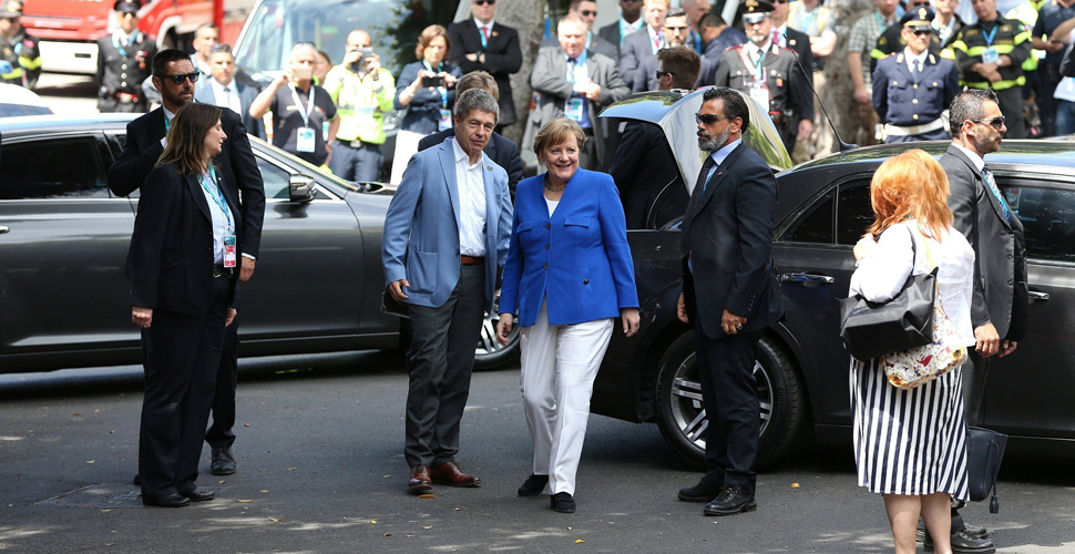 "G7峰会""夫人团""亮相 默克尔携夫霸气出席"