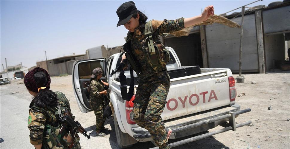 叙利亚拉卡收复战持续 女战士开赴前线