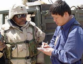 胡锡进在科伊边境采访美军士兵