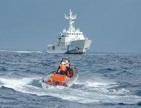 我渔政船放下小艇让日舰很紧张