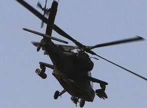 阿帕奇武装直升机上空盘旋