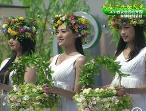 40名礼仪少女舞台上放飞花篮中的蝴蝶