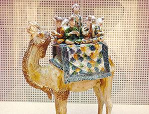 三彩骆驼载乐俑