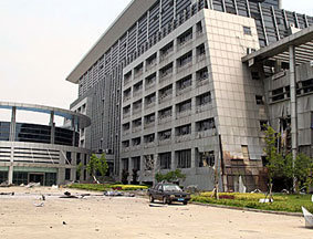 临川区政府大楼前面的碎片