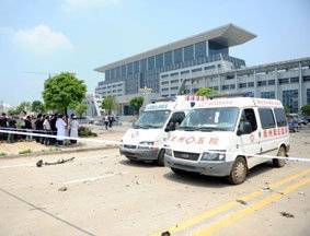 救护车停在爆炸现场