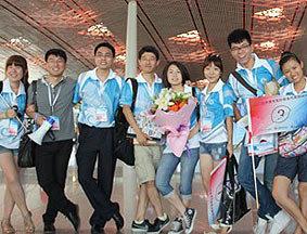 主办方人员与志愿者们在机场合影
