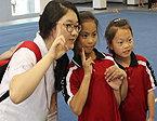 韩方团员与学生亲切合影
