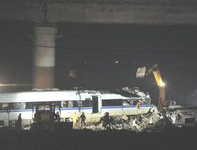动车残骸被分解转移