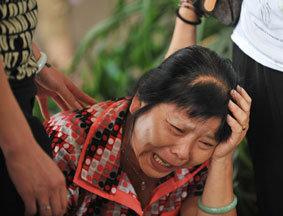 一位失去孩子的家长痛哭流泪