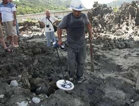 事故现场解除封锁 民众自带仪器挖残骸