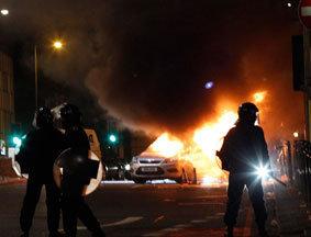 骚乱现场两辆警车被烧