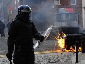 警察向骚乱者推进