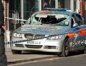 骚乱中被砸毁的警车