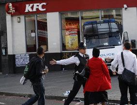 警察阻拦行人进入骚乱现场