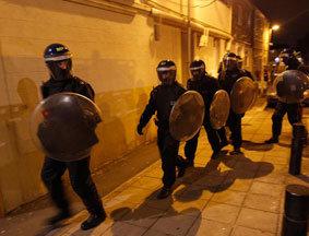警察在骚乱现场