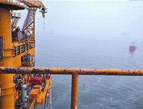 蓬莱19-3油田C平台下海面现清晰油带